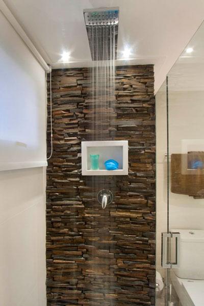 Box do Banheiro com Parede em Canjiquinha de Pedra de Ferro Amplitude e aconchego em apartamento de 45 m²
