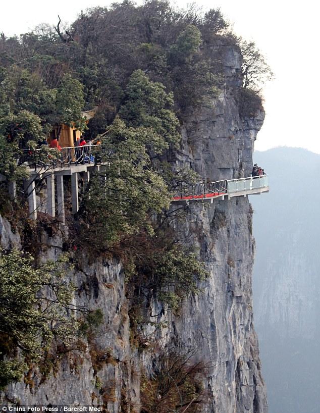 Ponte de Vidro em Torno da Montanha Tianmen na China China inaugura ponte de vidro a 1.430 metros de altura (vídeo)