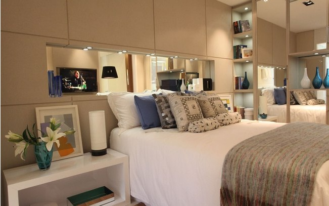 decoracao de apartamentos pequenos quarto casal: vidro com projeção de imagens é destaque em apartamentos pequenos