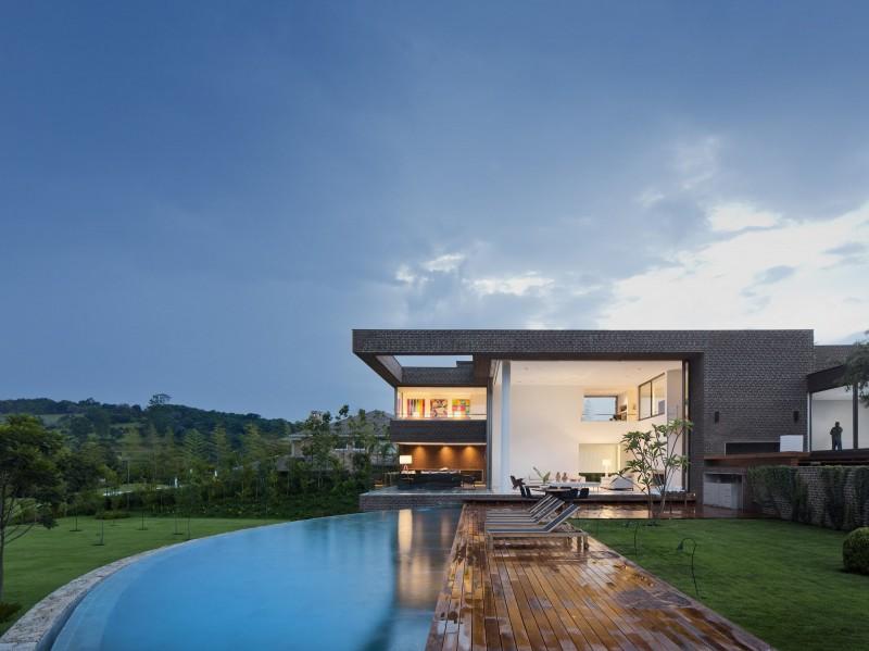 piscina com deck de madeira em casa de campo hs quinta da baroneza por arthur casas Casa de campo na Quinta da Baroneza pelo Studio Arthur Casas