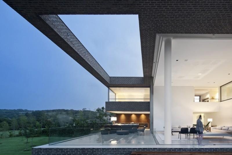 sala em pe direito duplo integrada a varanda em casa de campo hs quinta da baroneza por arthur casas Casa de campo na Quinta da Baroneza pelo Studio Arthur Casas