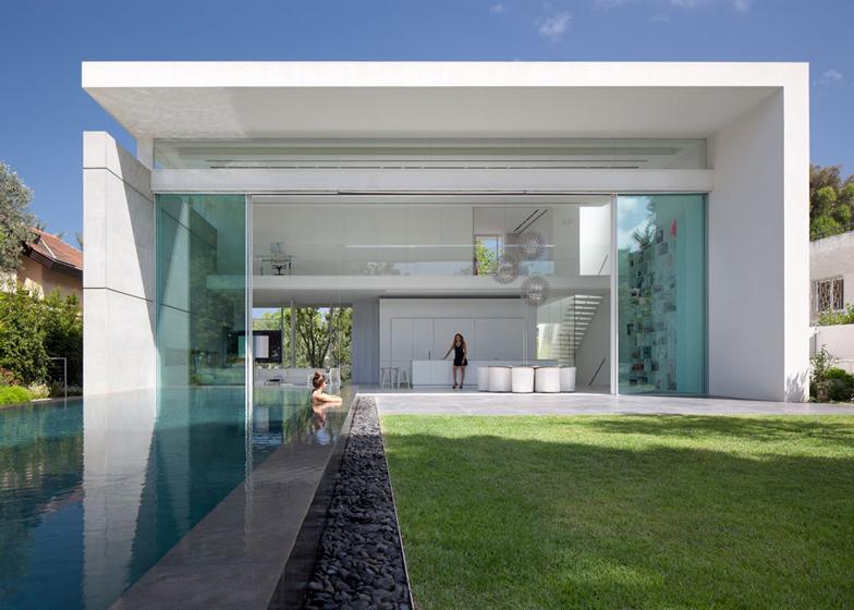 porta-de-vidro-com-6-metros-casa-em-israel-por-pitsou-kedem