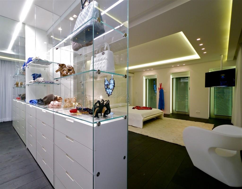 prateleiras-de-vidro-quarto-de-casal-cobertura-triplex-em-tel-aviv-israel