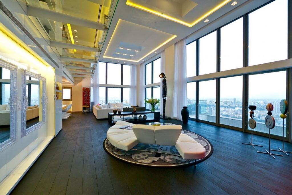 sala-de-estar-com-fachada-de-vidro-pe-direito-duplo-cobertura-triplex-em-tel-aviv-israel