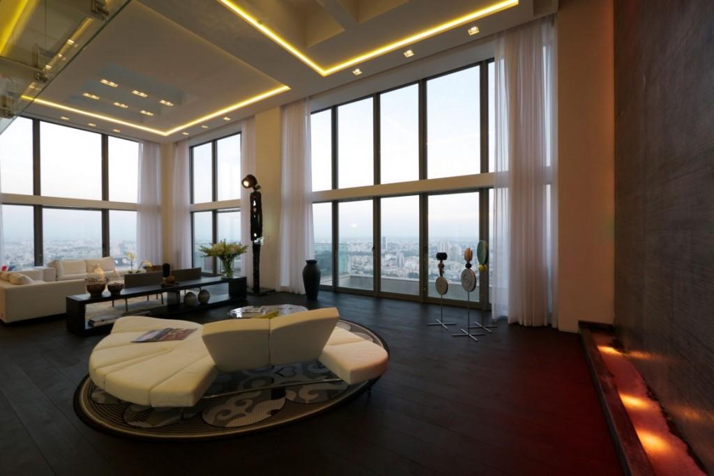 sala-de-estar-com-fechamento-de-vidro-pe-direito-duplo-cobertura-triplex-em-tel-aviv-israel