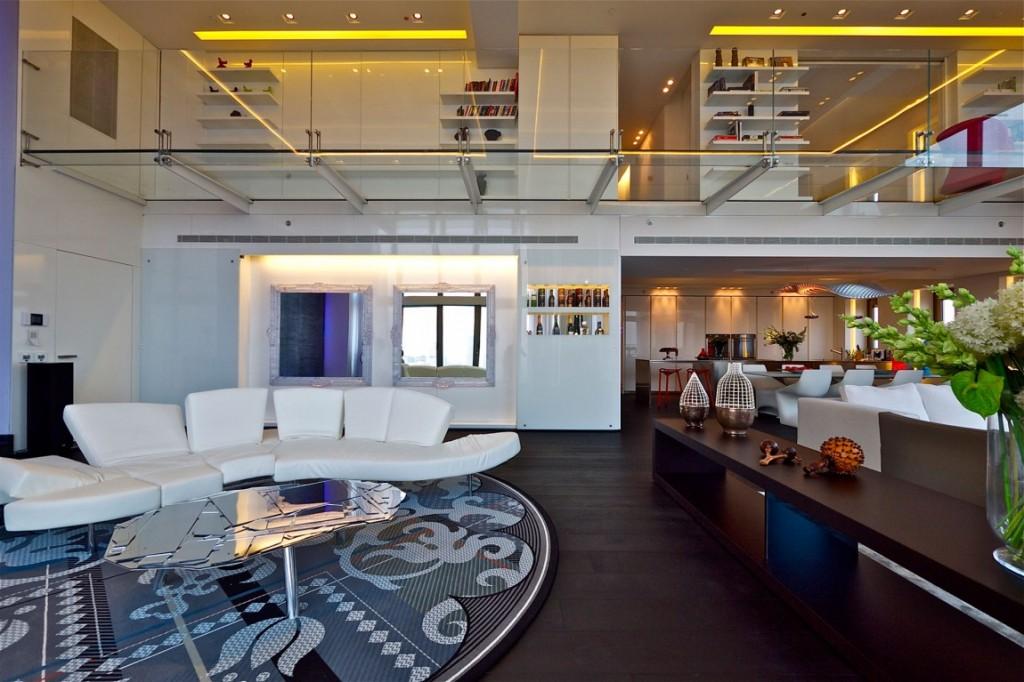 sala-de-estar-com-piso-de-vidro-cobertura-triplex-em-tel-aviv-israel