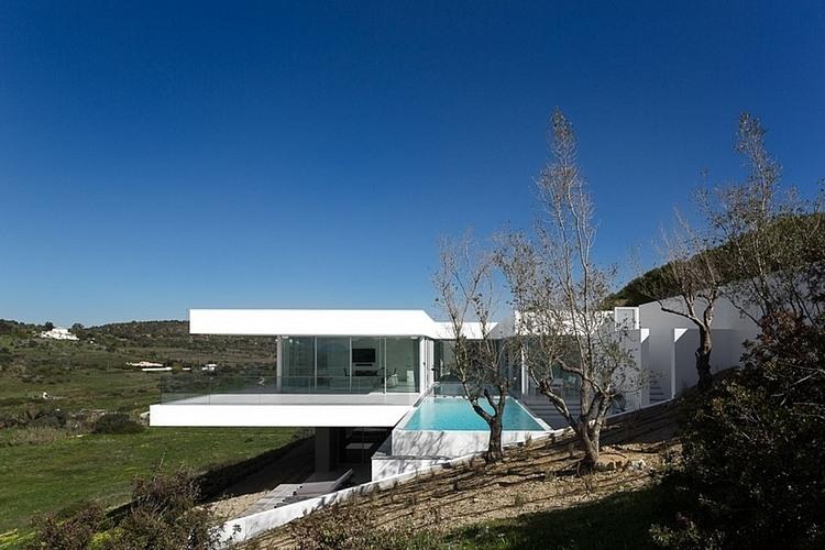 http://www.vidrado.com/wp-content/uploads/2013/10/moderna-casa-suspensa-em-lagos-portugal-pelo-arquiteto-mario-martins.jpg