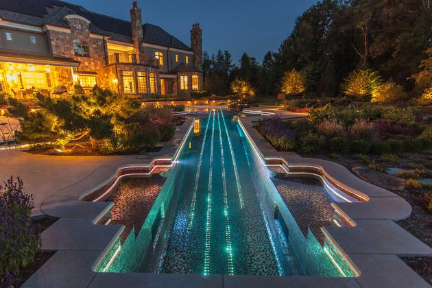 piscina-com-mosaicos-de-vidro-e-cabos-de-fibra-otica