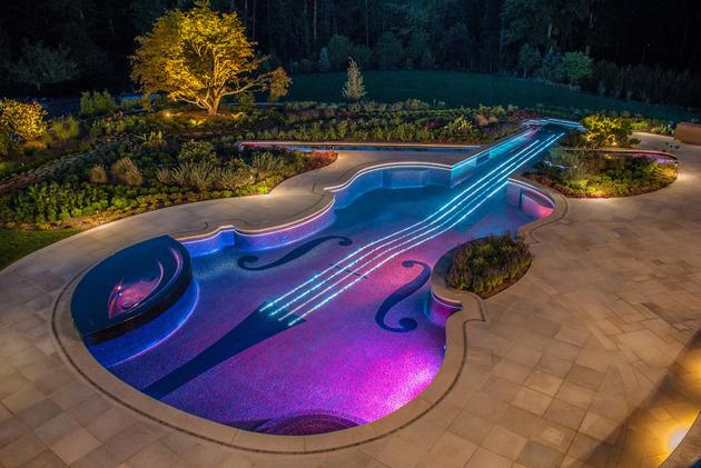 piscina-em-forma-de-violino-com-mosaicos-de-vidro-e-cabos-de-fibra-otica