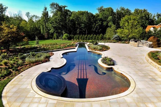 piscina-em-forma-de-violino-com-mosaicos-de-vidro