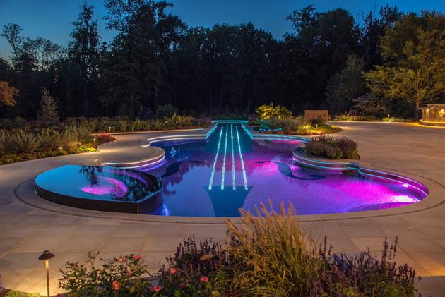 piscina-em-forma-de-violino-com-pastilhas-de-vidro-e-cabos-de-fibra-otica
