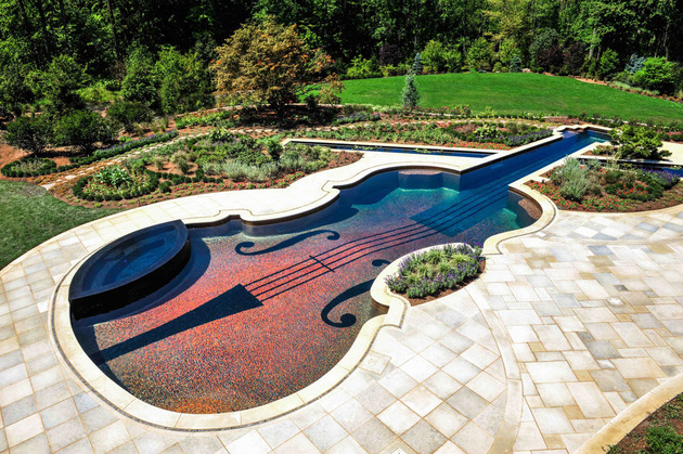 piscina-em-formato-de-violino-com-mosaicos-de-vidro-e-cabos-de-fibra-otica