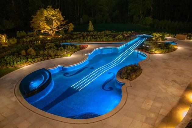 piscina-em-formato-de-violino-com-pastilhas-de-vidro-e-cabos-de-fibra-otica